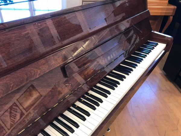 Piano Yamaha | C-108 | Polerad valnöt - Large