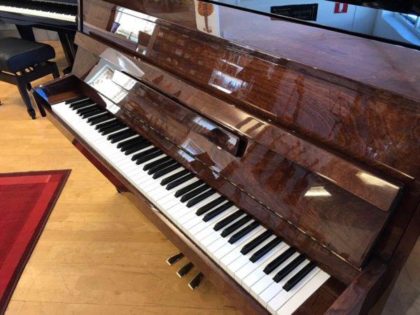 Piano Yamaha | C-108 | Polerad valnöt - Side